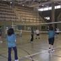 Mujeres practicando voleibol