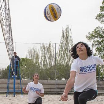 mujeres jugando al voley