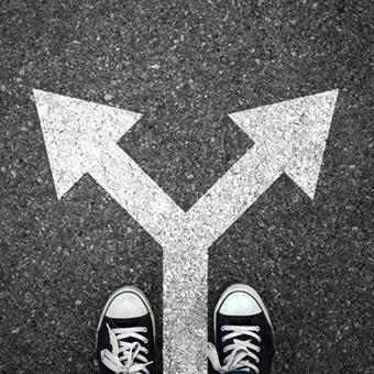 zapatillas y flecha de dos direcciones