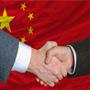 Bandera de China y manos estrechándose