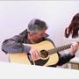 hombre tocando la guitarra en la biblioteca